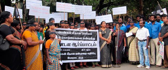 """India, il """"branco"""" condannato alla pena capitale per lo stupro e la morte della studentessa"""