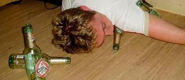 Troppi ubriachi molesti, la polizia inglese propone stanze private per smaltire la sbornia