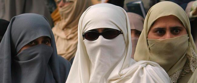 Regno Unito, le scuole islamiche obbligano le studentesse a indossare il burqa