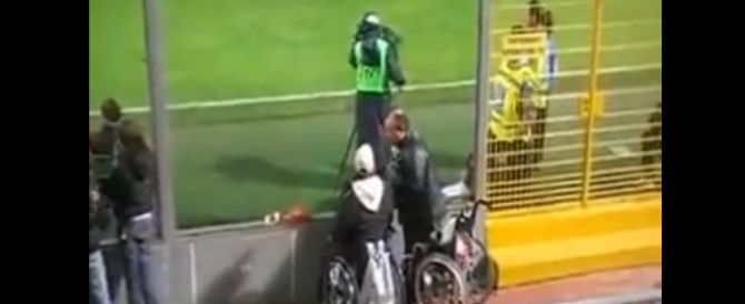 """""""Miracolo"""" alla stadio: invalido si alza dalla sedia a rotelle sotto gli occhi dei tifosi. E il video fa impazzire il web"""