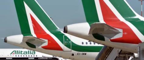 Aerei Alitalia fermi all'aeroporto di Fiumicino per uno sciopero del personale viaggiante