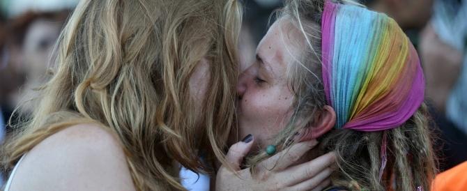 I sindaci francesi saranno costretti a celebrare le nozze gay: impossibile l'obiezione di coscienza