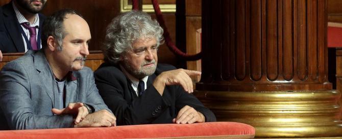 Grillo assiste in tribuna alla bocciatura dei suoi. E arriva puntuale l'insulto: «Il Parlamento è un vespasiano»