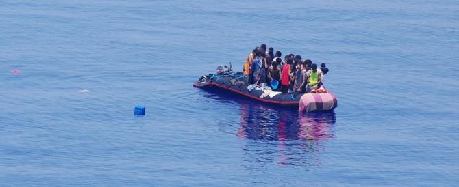 Lampedusa, tragedia all'alba: naufraga un barcone, centinaia di migranti in mare e almeno 10 morti