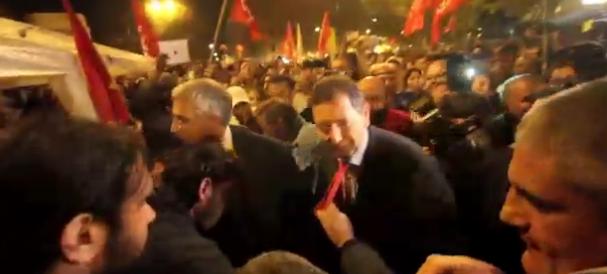 """Marino cerca il bagno di folla tra i manifestanti di Porta Pia. Ma si becca solo fischi e """"tirate"""" di cravatta…"""