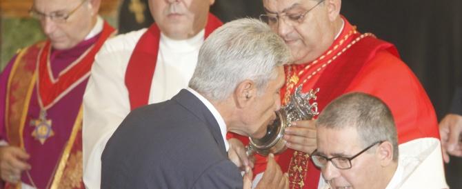 Il Cardinale di Napoli: «Niente comunione a chi inquina». Ma l'assoluzione per Bassolino è già arrivata