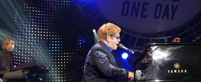 La rabbia di Zaman si abbatte su Elton John: «Niente foto, è un gay»