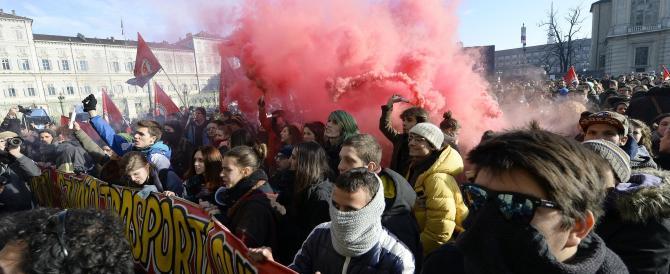 """Torino, lancio di uova """"alla vernice"""" contro il Palazzo della Regione. Scontri tra polizia e studenti"""