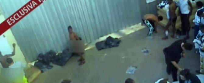 """Lampedusa, aperta un'inchiesta sulle """"docce fredde"""" agli immigrati. Anche la Ue ci bacchetta"""