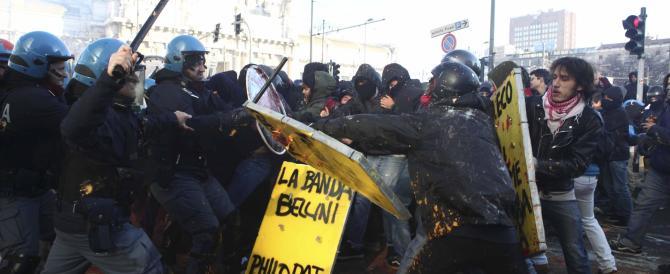 """Scontri davanti al Pirellone. Sei agenti feriti dagli studenti che urlano """"né Maroni né Forconi"""""""