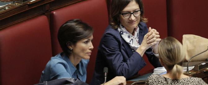 Un Parlamento da cabaret: il governo scivola sui succhi di frutta, i grillini si attaccano alle veline…