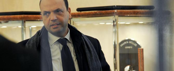 Alfano nella gioielleria di Milano rapinata con le molotov. «Più fondi per la sicurezza in vista dell'Expo»»