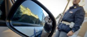 Due poliziotti feriti a un posto di blocco, è caccia all'uomo a Napoli