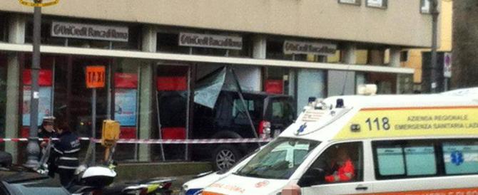 Suv guidato da un 86enne sfonda la vetrata di una banca e uccide una donna