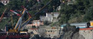 """Dopo la Concordia oggi va in onda lo """"show"""" del recupero di un treno sospeso a picco sul mare"""