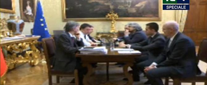 """Diretta streaming. Scontro Renzi-Grillo. """"Questo non è il tuo show"""". """"Tu non sei credibile"""". E l'ex comico si alza e se ne va"""