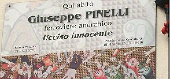 Milano, tafferugli tra centri sociali e polizia sotto la targa che ricorda l'anarchico Pinelli