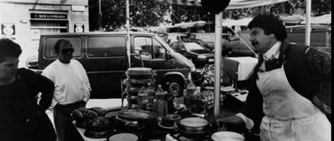 Un venditore di pentole si riconosce nella foto del blog di Grillo e urla: «Merito rispetto»
