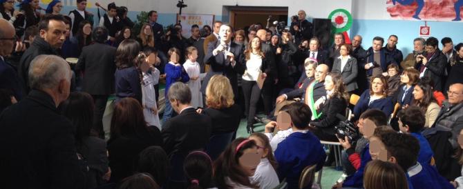 """Renzi, sfilata di regime a scuola: bambini in festa con girotondi e cori """"Matteo, Matteo"""". Altro che balilla…"""