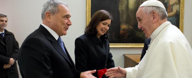 Il Papa riceve anche i parlamentari e lancia un monito contro la corruzione: «L'antidoto è stare con la gente»