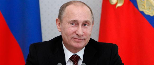 Putin promulga il trattato di annessione della Crimea e scherza sulle sanzioni Usa: apro un conto alla banca Rossiya…