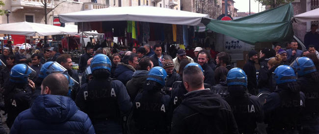 """Assaltati i banchetti di FdI e CasaPound: così i centri sociali """"aprono"""" la campagna elettorale"""