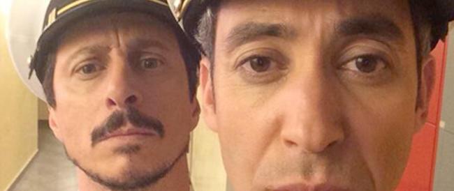 """Sfottere i marò va di moda, ecco il """"selfie"""" dei comici Luca e Paolo. Reazioni indignate: «Vergognatevi»"""