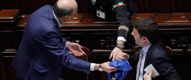 Fratelli d'Italia consegna a Renzi la maglia azzurra della Nazionale: «Lei deve rappresentare tutti…»