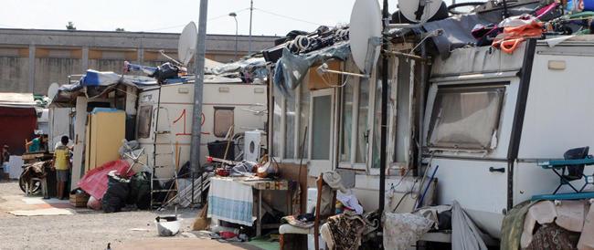 """Ritrova il camper in un campo rom, ma le autorità lo danno ai nomadi «perché senza casa»: è l'Italia """"sinistra"""""""
