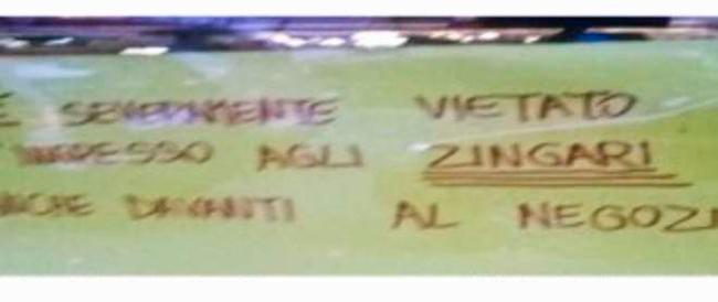 Roma, «Vietato l'ingresso agli zingari»: il commerciante costretto a rimuovere il cartello, ma il web è solidale con lui