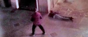 Calci e pugni a un 19enne per rubargli il portafoglio: arrestato un romeno