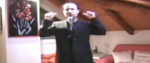 """Il grillino canta """"show must go on"""", Crozza lo sfotte e si becca una querela. Ecco il video"""