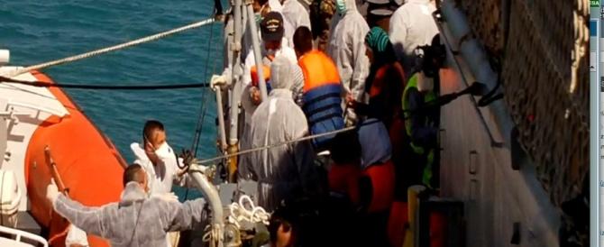 In Sicilia altri 2000 migranti. FdI protesta a Catania: «Le politiche Ue sull'immigrazione vanno a danno di pensionati e disoccupati»