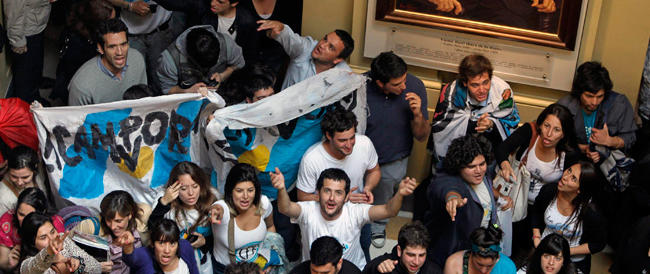 In Argentina la gente non ne può più e si fa giustizia da sola. Ma il governo pensa alle unioni gay