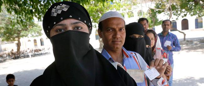 """Nell'India che """"giudica"""" i nostri Marò c'è chi vuole la morte per le donne """"infedeli"""""""