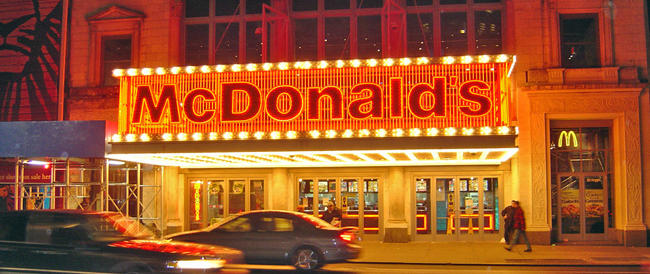 Mc Donald's chiude i punti vendita in Crimea. E i nazionalisti russi vanno alla guerra dell'hamburger