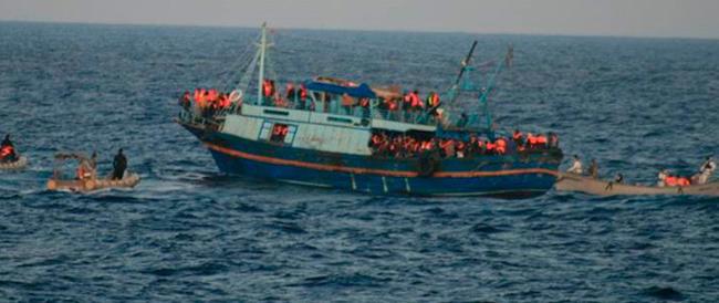 Notte di sbarchi, 4000 migranti soccorsi in due giorni. Alfano: «Non so fino a quando reggeremo»