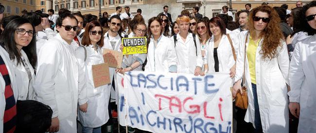 Studenti di Medicina in piazza contro il governo: «Fateci specializzare o faremo le valigie»