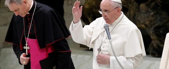 Papa Francesco: anche io ho avuto momenti di noia. Dopo la lavanda dei piedi con i disabili la Via Crucis
