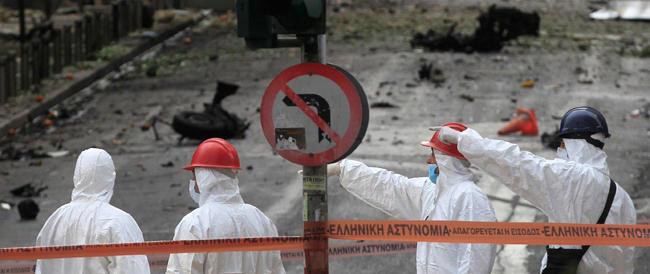 """Atene, autobomba esplode davanti alla Banca di Grecia. È il """"benvenuto"""" sui mercati dopo quattro anni"""