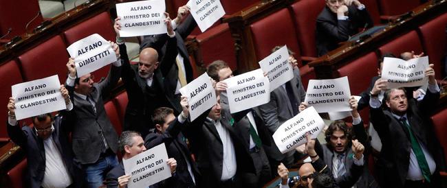 Immigrati, caos alla Camera. La Lega contesta Alfano. E lui: «Non barattiamo un punto percentuale con i morti…»