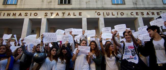 """Lettura sul sesso gay a scuola, il ministero apre una """"indagine"""". Il centrodestra all'attacco"""