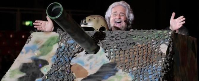 Grillo si mette la camicia verde e arriva a Padova su un tanko di cartone: «Se fate un referendum sto con voi…»