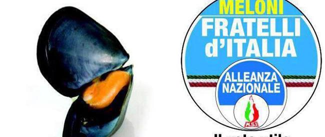 Meloni replica alle critiche: una cozza sui manifesti elettorali. E ora si parli di politica…