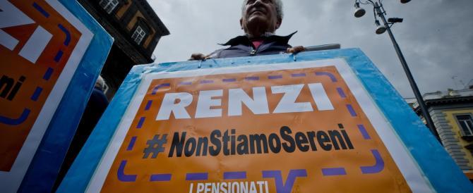 Napoli, pensionati in piazza contro il governo. «Caro Matteo, noi non siamo sereni»