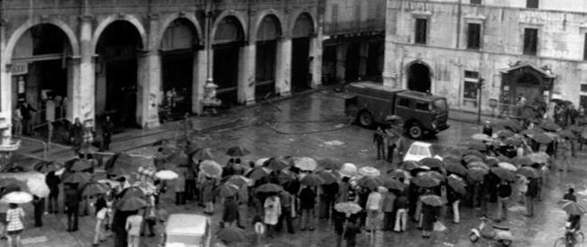 Piazza della Loggia, un libro di Adinolfi confuta la tesi della strage fascista. Ma a Brescia non se ne può parlare