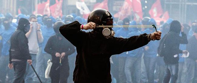 Gli antagonisti mettono a ferro e fuoco Roma: «Scene di violenza mai viste»