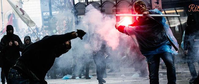 Da black bloc a blu bloc, ma restano delinquenti: almeno 30 feriti, 6 fermati