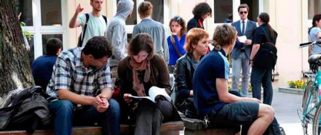 """A Bologna """"la rossa"""" prof e studenti solidali con le Coop: esami per strada e lezioni nei pub"""