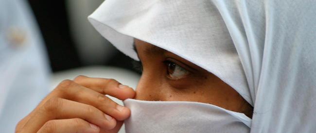 Parigi, madre di un soldato ucciso fischiata dai socialisti per il foulard